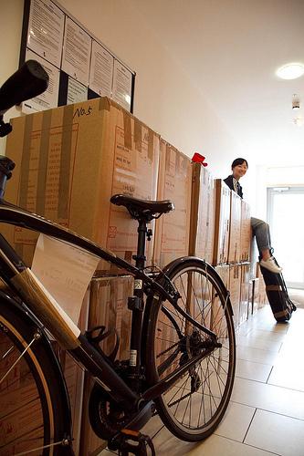 出发前一共托运了18个箱子,一把吉他和一辆自行车回国