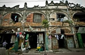这是位于霞山区东堤路最早的一批法式骑楼。湛江曾有段被法国殖民的历史,法国人在湛江留下了许多这样的骑楼。墙上的雕花早已被岁月侵蚀,但楼顶华丽的装饰也向我们诉说着它100多年前的辉煌。