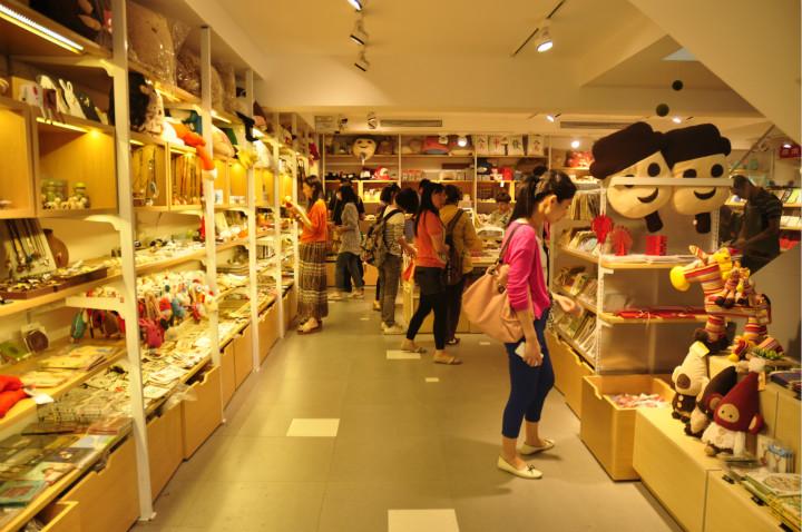 宽窄巷子店内,出售原创产品和代销设计师产品,吸引很多游客