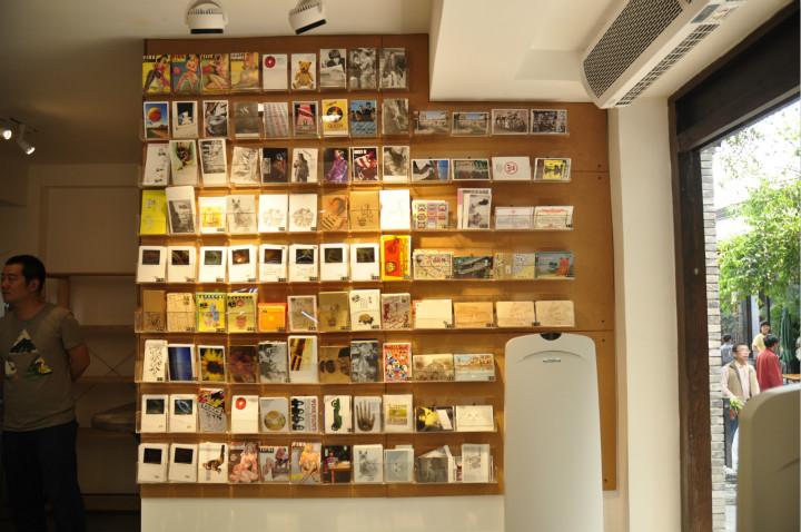 JiongBox宽窄巷子店的明信片墙,左为郭硕