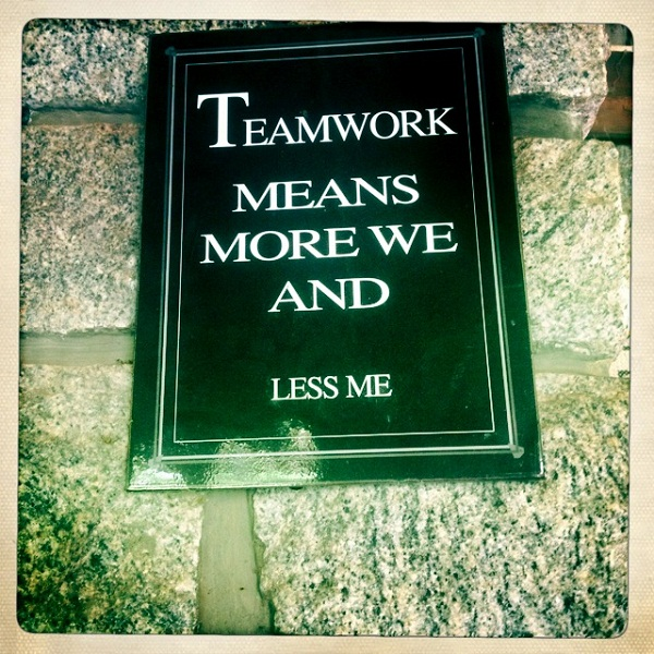 13、挂在学生教室中的Teamwork mean more we and less me