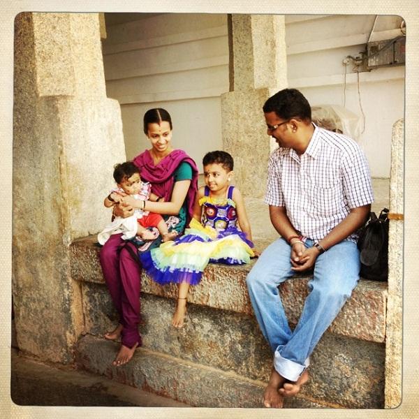 2、印度光明节寺庙外休息的一家四口