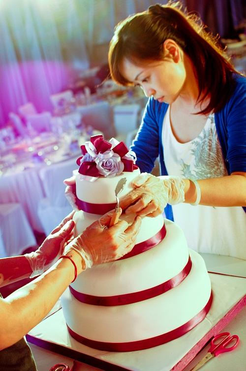 为客人制作婚礼蛋糕中