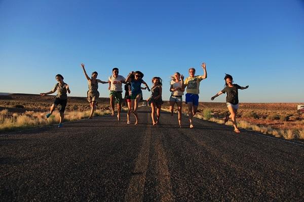 与一群来自世界各地的背包客在美国公路上狂奔