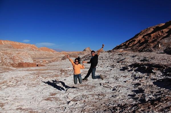 在智利的月亮谷上high一个 月亮谷以地表凹凸不平近似月球表面而得名 富含盐分的地表结成的白色晶体就像是散落在地面的雪花