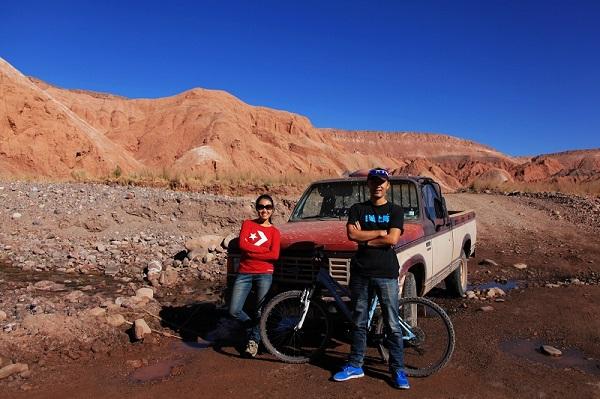 骑行在智利的塔克拉玛干沙漠地区