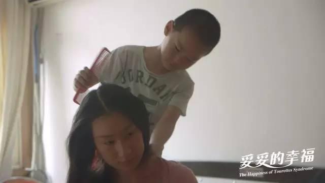 海宝给母亲梳头