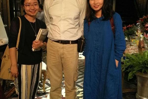 采访完后,雅君、宇哲和何明瑞合影(中为何明瑞)