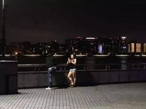 江边谈恋爱的年轻人