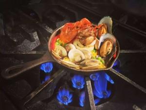 景民为其中一家人做的小型西班牙海鲜饭