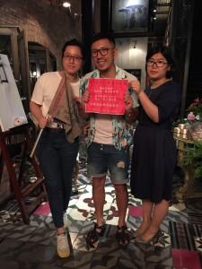 """景民和中国三明治写作工坊学员Sabrina、布瓜,景民手里拿着的是""""招募广告"""""""