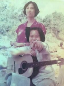 国中时期,连郊游都会随身带吉他自弹自唱