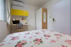客房只有床、书桌和柜子