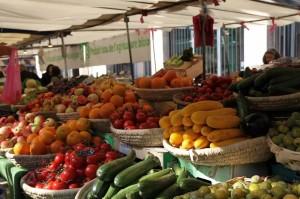 货摊上五颜六色的蔬果像是要从筐里溢出来一样
