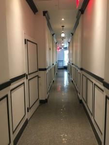 通往接待处的长长走廊