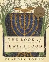 卡劳迪亚·罗登的《犹太食谱》。我一直非常喜欢罗登写的美食文化著作。她是一位见多识广,学识渊博的美食家。在一次美食论坛上,我得以和她交谈,真的是受益匪浅。她说话语调很轻,但谈到自己喜欢的话题,眼睛里会闪烁出快乐的光芒。她的犹太人身份让这本《犹太食谱》更具有可读和可信性,我喜欢食谱间穿插的犹太食制和饮食风俗的小故事。通过一本书,了解一种文化,就像是补上了历史拼图上至关重要的那一块。