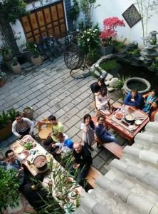 这是在大理的客栈里,那天客栈老板学柔术的德国老师和外国同学来客栈玩,他们一起吃火锅