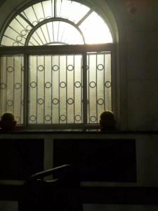 从曾经的办公室向外看,天空被铁栏杆分隔成一条条
