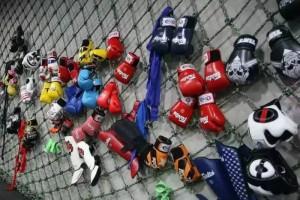 在Plan Bee的墙上,挂着学员们购买的拳击装备