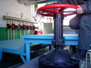 泵房里擦阀门的灰