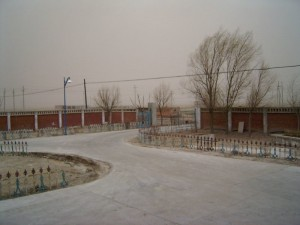 宿舍的大门,隔着玻璃都能感受到冷冷的北风