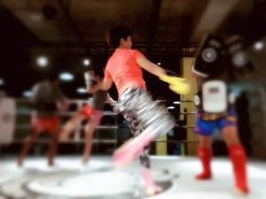 璐璐和泰拳教练练习踢靶