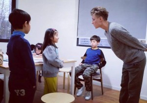 故事星球的Anji老师在给孩子们上戏剧课