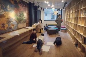 小朋友们在故事星球的新图书馆