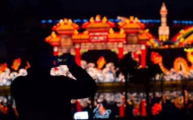 在春节,冷清与热闹总是并存的