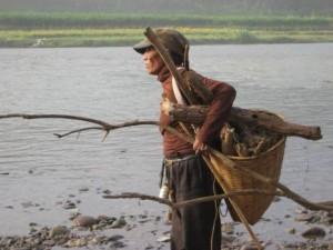 当地一个村子的人要过河才能到县城