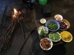 """旧时厨房在宅子里,用柴火烧制 """"老家""""希望保留这个传统—— 蔬菜来自本地种植,烹饪由村民打理"""