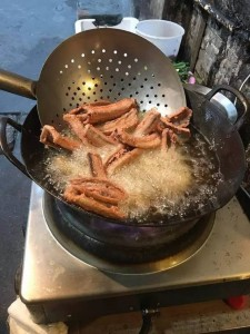 椒盐蛇。先用淀粉包一层,再油炸。