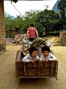 翻修工作之余 Maarten拖车拖着两个村里的小孩回家